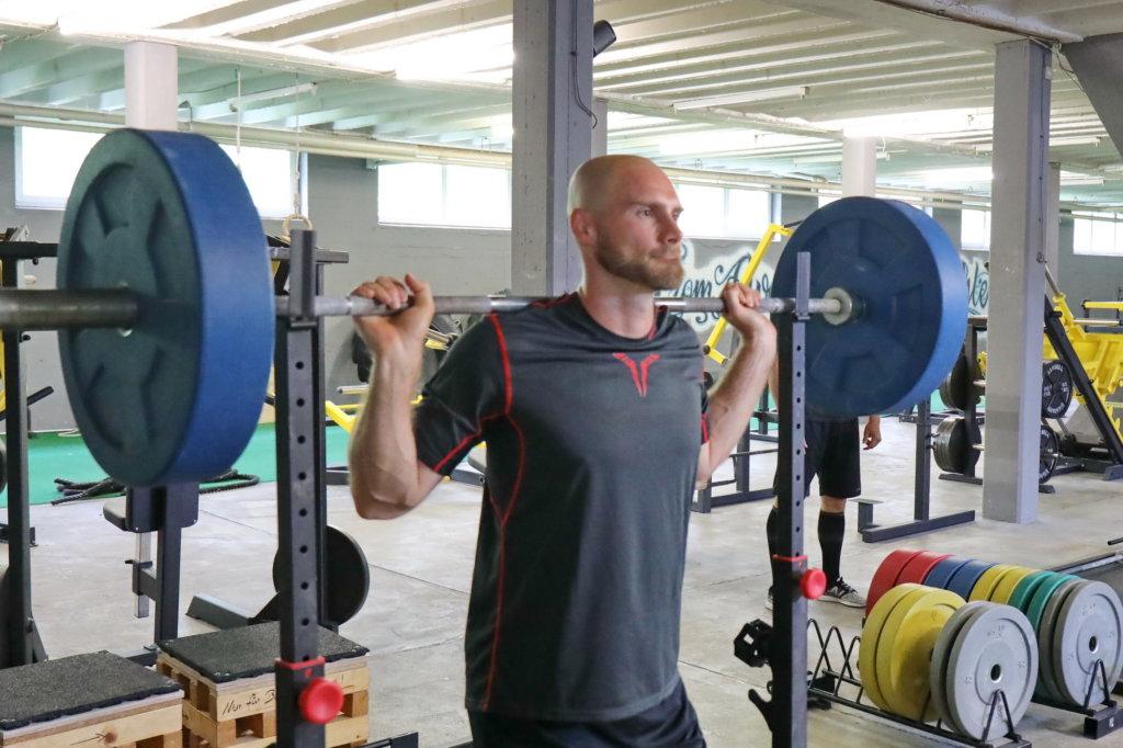 """Patrick Seifert bei der Langhantel-Station der Tests im """"Warehouse"""" in Weingarten."""