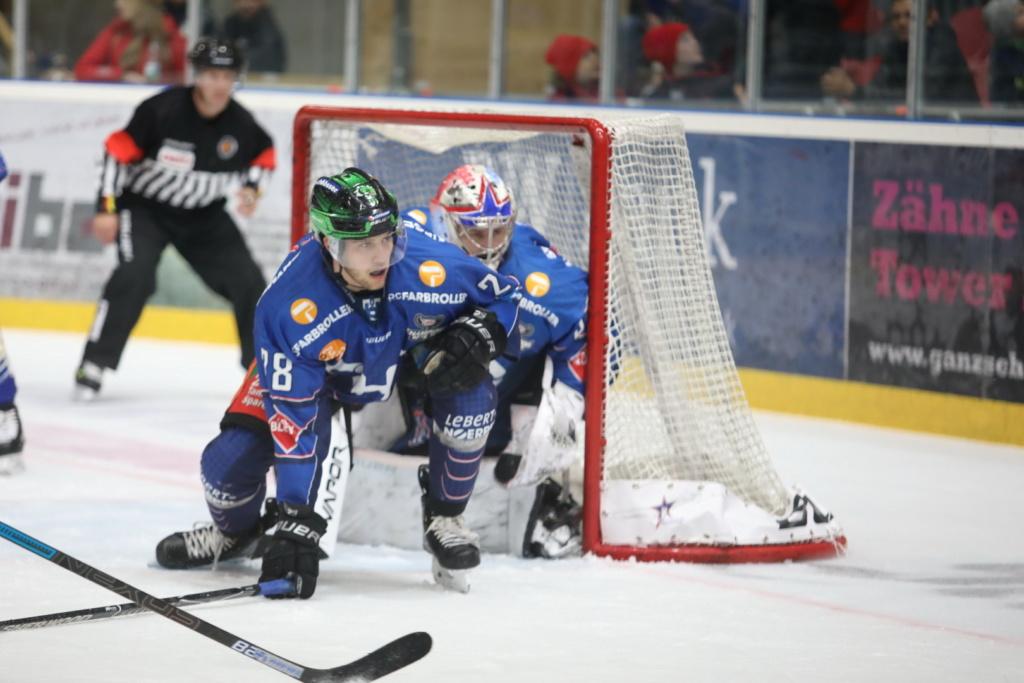 Die Towerstars-Defensive , hier mit Max Kolb, wird gegen Kassel alle Hände voll zu tun haben. Bild: Kim Enderle