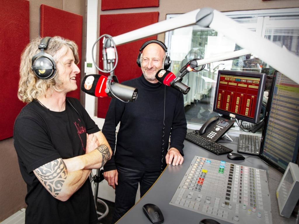 Das DONAU 3 FM Studio mit den Moderatoren Andi Scheiter (rechts) und Felix Achberger. Bild: DONAU 3 FM