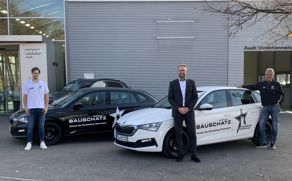 Marcus Rietzler (Mitte) Geschäftsführer des Autohauses Bauschatz Ravensburg und Friedrichshafen, über gab die Fahrzeuge an die Stürmer Sebastian Hon und Mannschaftsleiter Reinhard Bitschi.