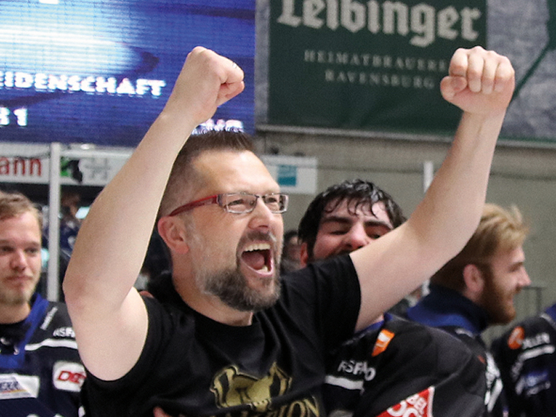 Rainer Schan, hier beim Jubel direkt nach der Meisterschaft 2019, wird seine Position am 30. Juni übergeben. Bild: Kim Enderle
