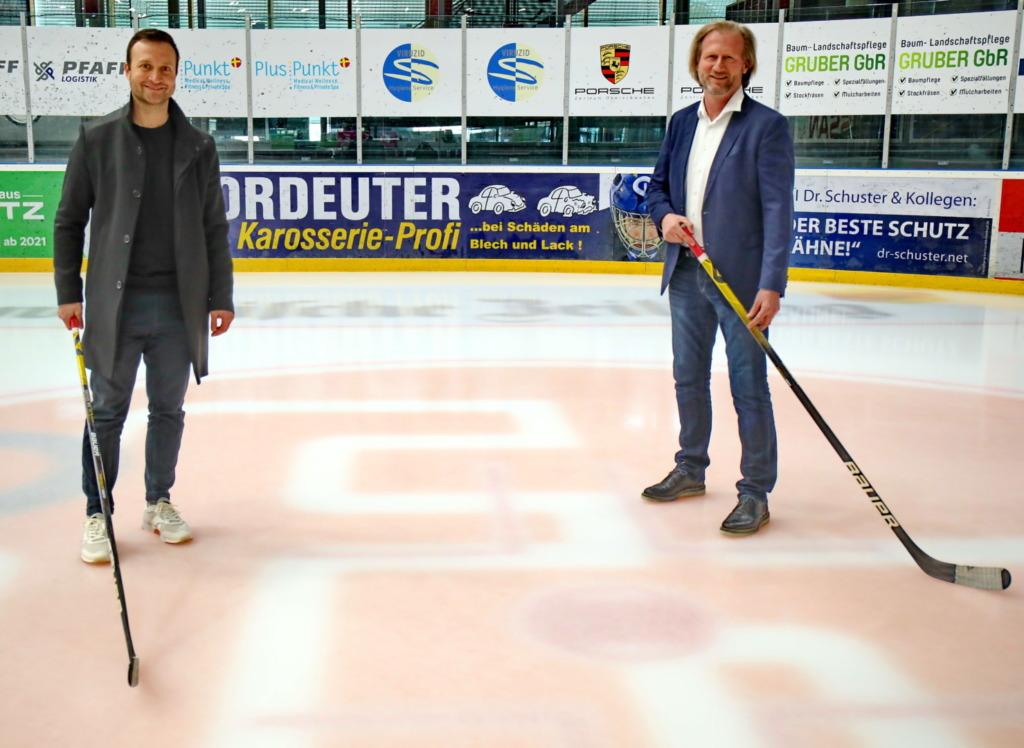 Steffen Fischer, Geschäftsführer Personal und Mitglied der Geschäftsleitung von ifm (rechts) mit Towerstars Teammanager Raphael Kapzan. Bild: F.Enderle