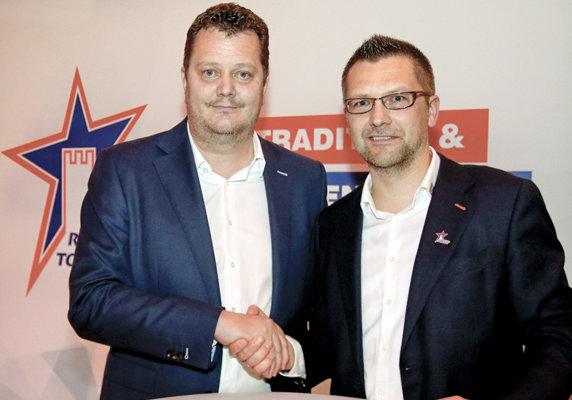 Frank Kottmann mit Rainer Schan bei der Vertragsunterzeichnung.