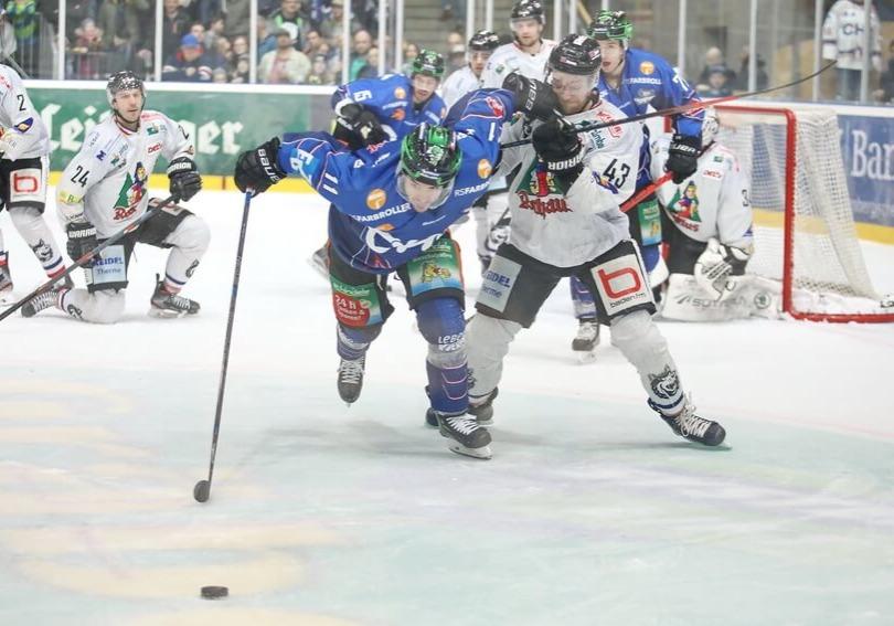 Beide Teams boten einen attraktiven und spannenden Eishockeyabend. Bild: Kim Enderle