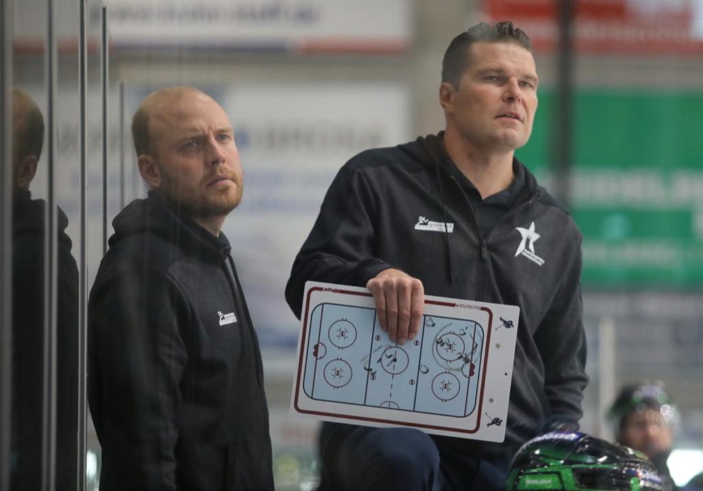 Tomek Valtonen (rechts), auf der Bank mit Kasper Vuorinen. Bild: Kim Enderle