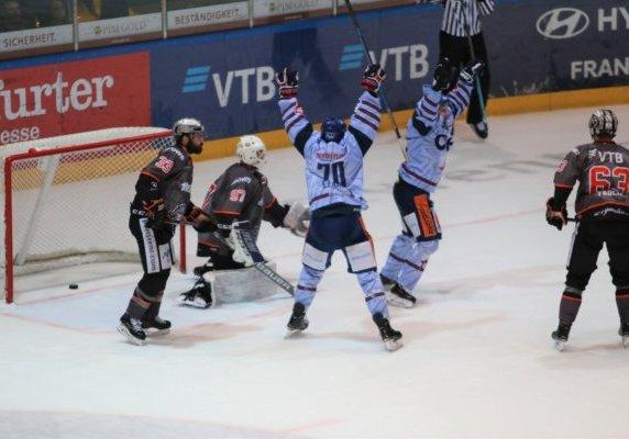 Verrückte Eishockeywelt: In letzter Sekunde schlägt der Puck zum 6:5 Siegtreffer ein. Bild: F.Enderle