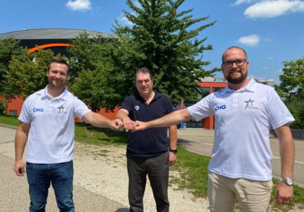 Gemeinsamer Austausch in Ingolstadt: Raphael Kapzan, Larry Mitchell und Daniel Heinrizi. (v.l.n.r.) Bild: ERC Ingolstadt