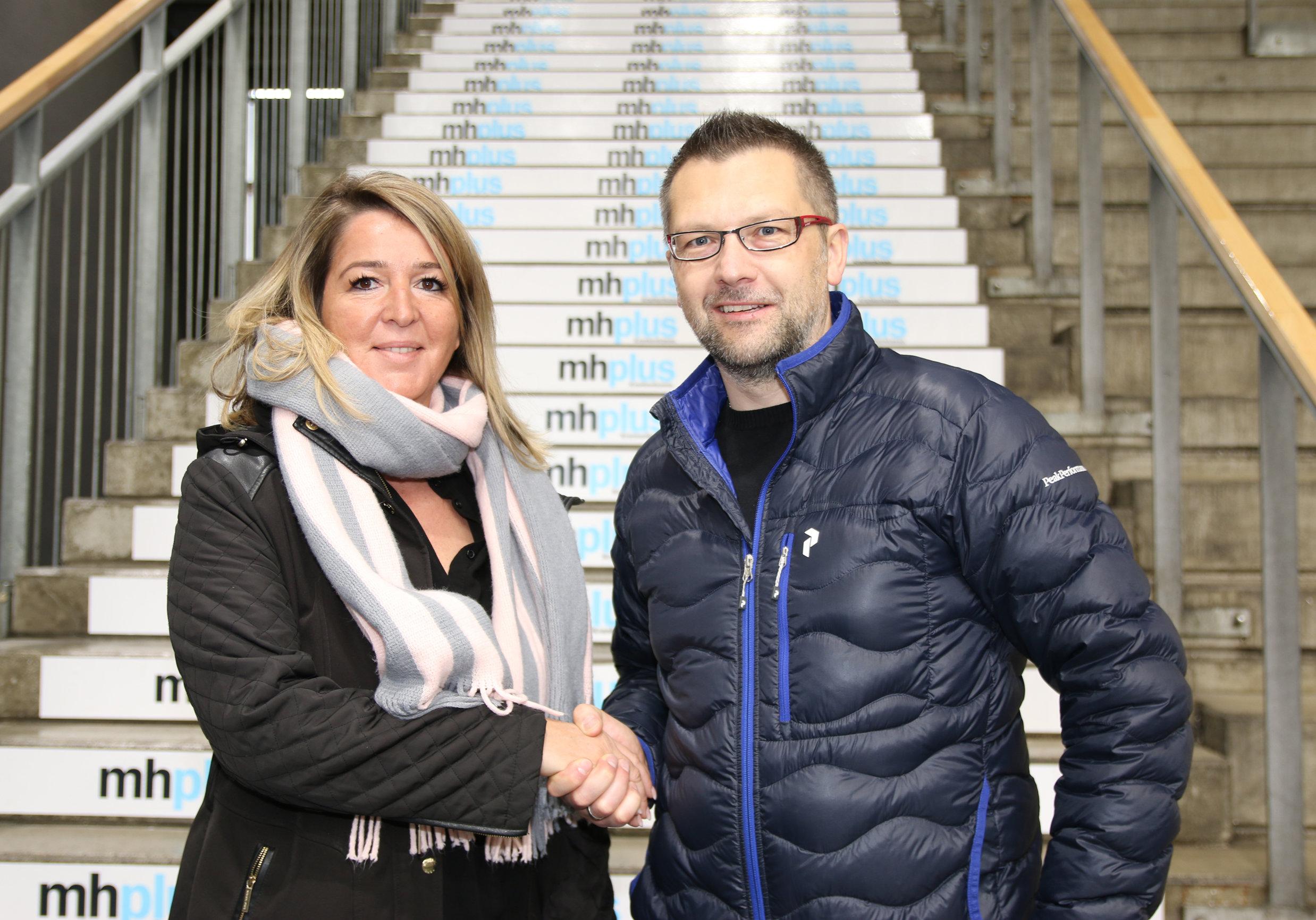 Sandra Dietz von mhplus mit Towerstars Geschäftsführer Rainer Schan.