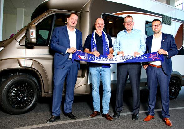 Die neue Ebene der Partnerschaft besiegelt: (v.l.n.r.) Frank Kottmann (Towerstars Beiratsvorsitzender), Martin Brand (Vorstandsvorsitzender Hymer), Jörg Reithmeier (Vorstand Hymer) und Towerstars Geschäftsführer Rainer Schan.
